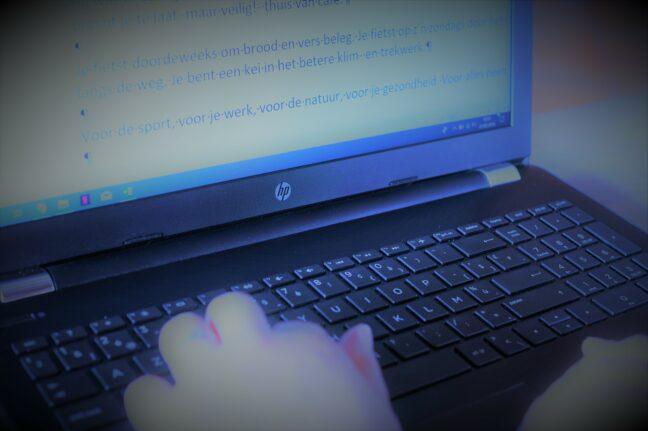 een copywriter is aan het werk voor een pc-scherm